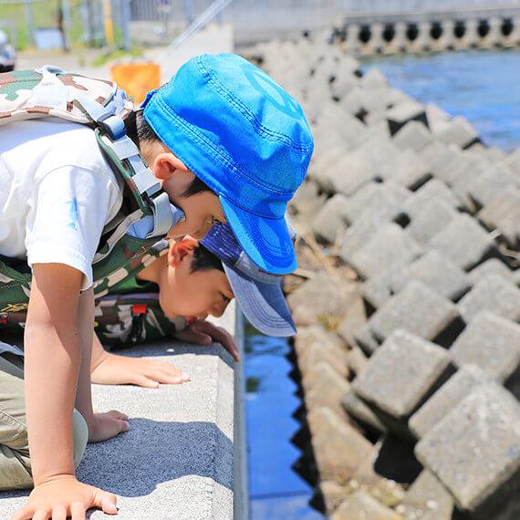 堤防での子供