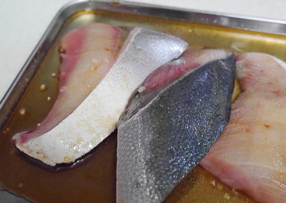 しょうゆ、みりん、砂糖をまぜたタレにブリを漬け込む。(10~15分)