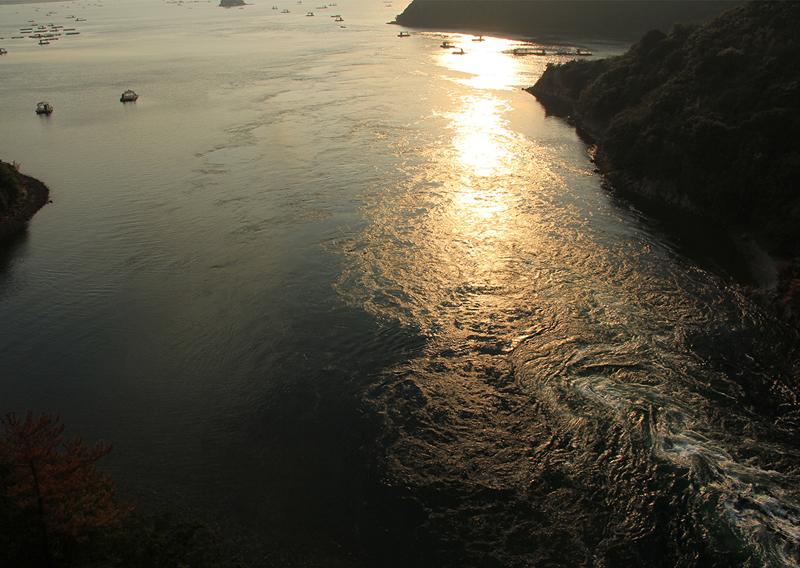 夕焼けに染まる潮の流れ