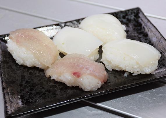 小皿に持ったお寿司5貫