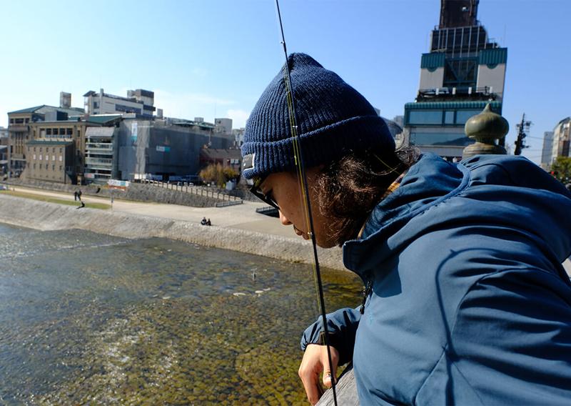 02_橋から川をのぞき込む釣り人