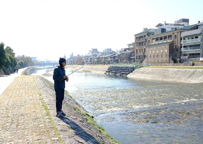 14_鴨川で釣りをする