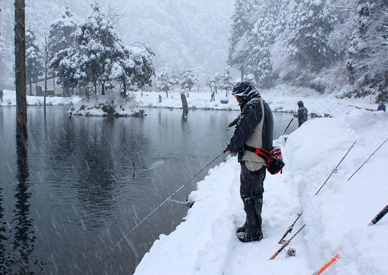 冬の釣りシーン