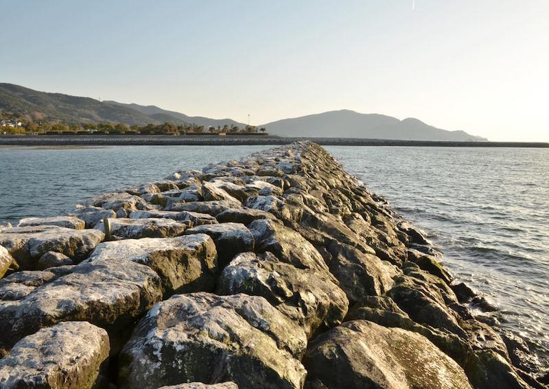 石が組まれた堤防