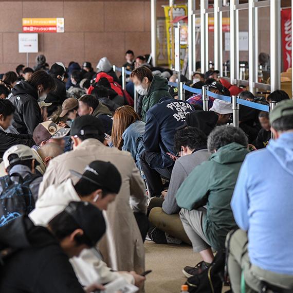 06_会場前から並ぶ人の列