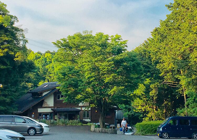 03_緑に囲まれたログハウス