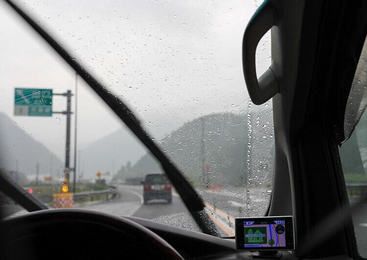 02_IMG_0798.JPG 車のフロントガラスを濡らす雨粒