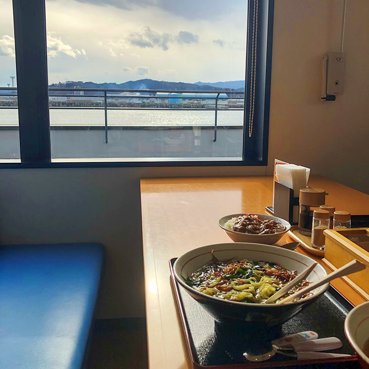 15_海の見える窓際の海藻ラーメン