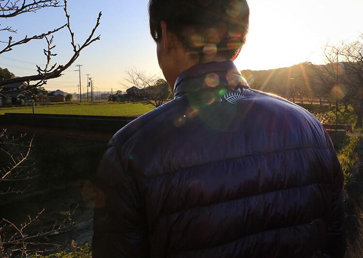 逆光の背中の写真