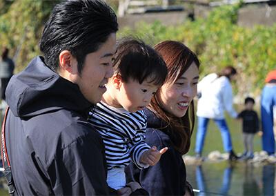 36_ IMG_6330.JPG 釣り場をのぞき込む家族