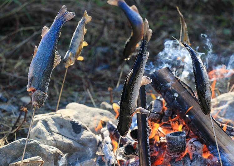 39_ IMG_6382.JPG ニジマスを串にさして焼きます
