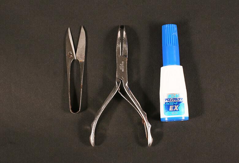 ハサミ、ナイフなどの刃物、プライヤー、ライター、瞬間接着剤