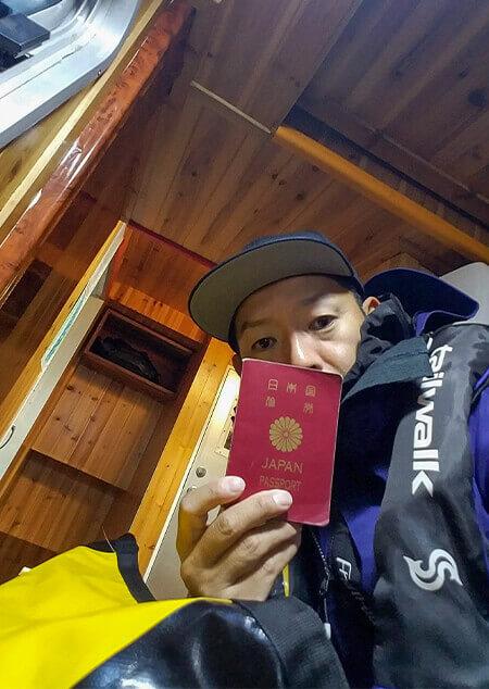 03_ パスポートを持つ中村さん