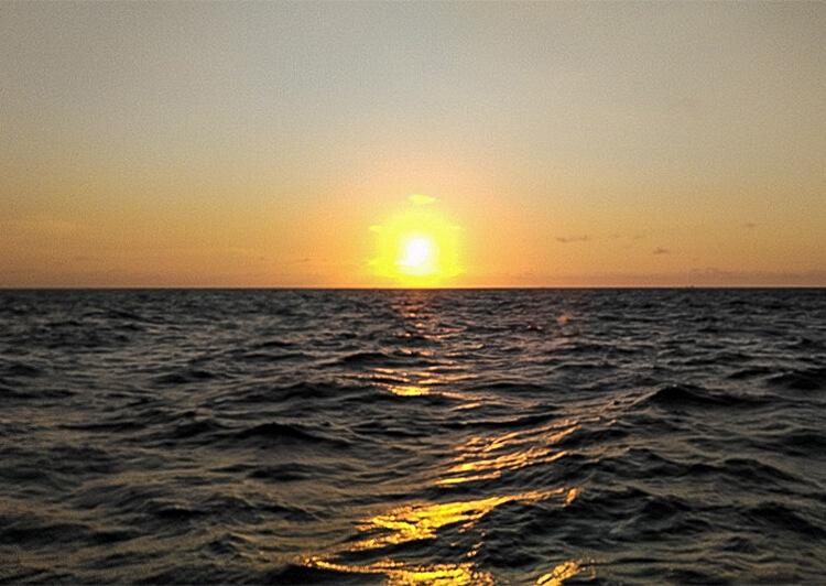 01_ 水平線上の夕日