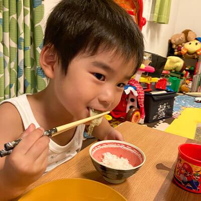 13_ 天ぷらを食べる次男くん