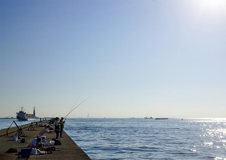 02_DSC01458.JPG 大勢の釣り人がいる沖堤イメージ