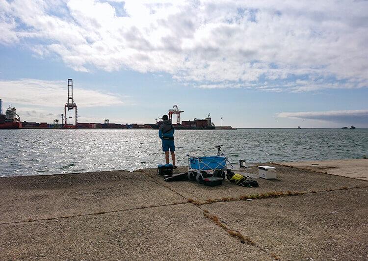 02_ 堤防での釣りシーン