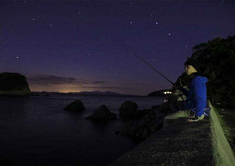 11_ 堤防に座って釣り続ける(川田)