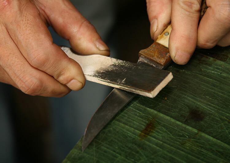 ナイフを手前に引くように研ぐ