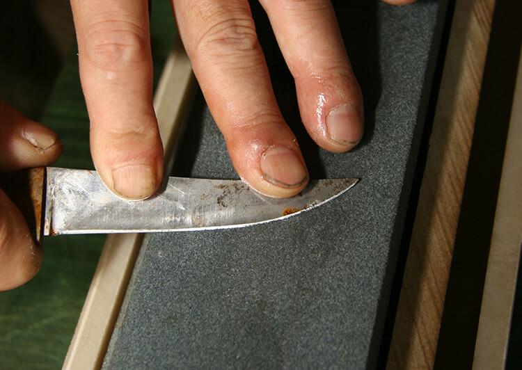 砥石を横に向けてナイフも横向きに研ぐ