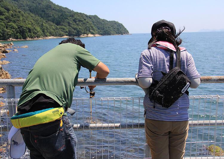 海底をねらう釣り人