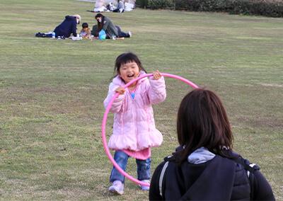 16_ IMG_3241 お母さんとフラフープで遊ぶ