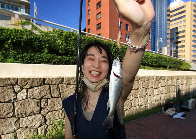 13_ IMG_2432 スズキの幼魚を釣って喜ぶヒグチアイさん