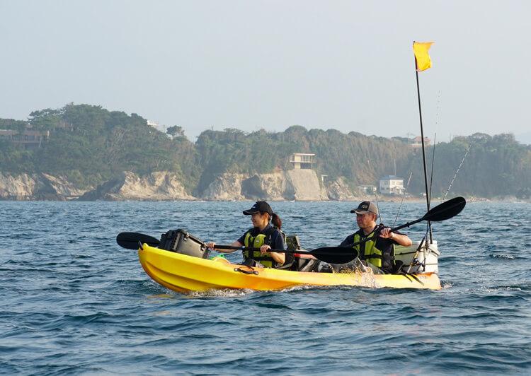 02_ 海上でカヤックを漕ぐ2